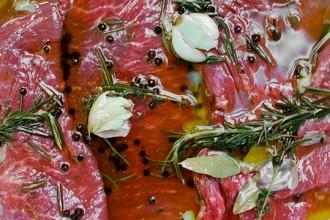 marinare la carne per una grigliata